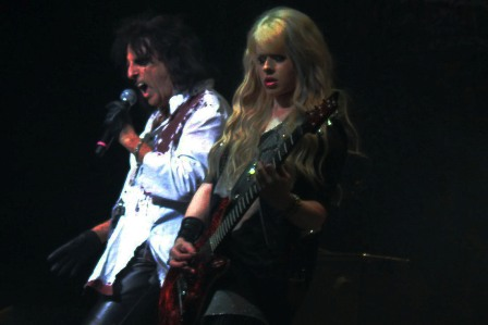 Orianthi on guitars with Alice Cooper, live at the Zénith Arena in Toulouse