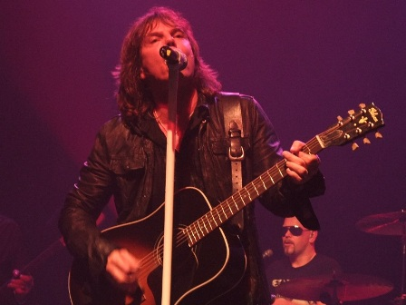 Joey Tempest and his acoustic guitar - Europe live at La Cigale