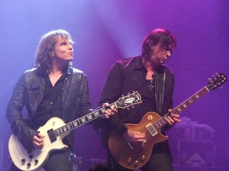 Joey Tempest and John Norum playing guitar - Europe live in Paris