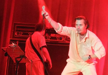 Mike Patton pulling faces Faith No More in Paris - August 29 2009