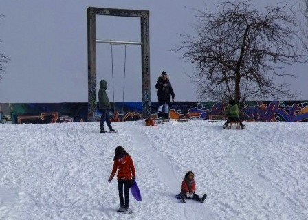 Children playin in the snow near the wall, Mauer Park
