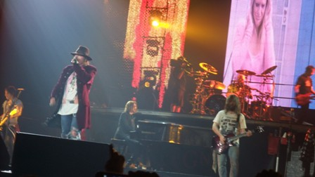 How many people on stage with Guns'n'Roses?