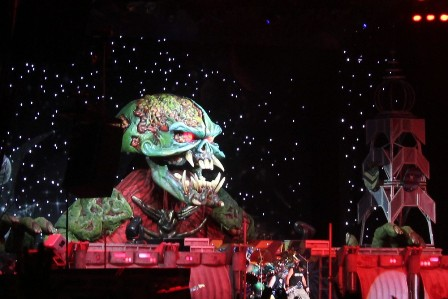 Predator Eddie on stage - Iron Maiden the Final Frontier