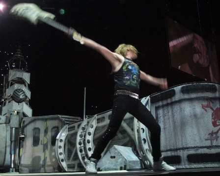 Janick Gers almost breaking his guitar - Iron Maiden the Final Frontier