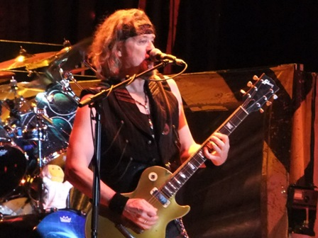 Adrian Smith and his Gibson Les Paul in Bogotá