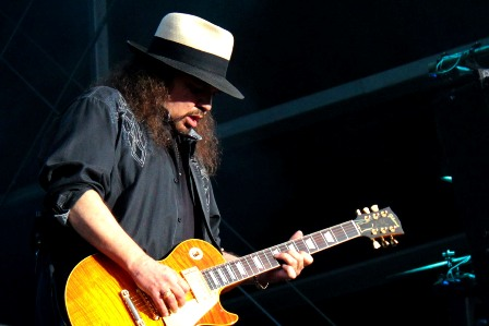 Gary Rossington on guitars - Lynyrd Skynyrd live in France
