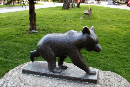 A monument to a little bear in Flåm