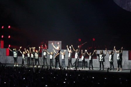 Kids singing with Roger Waters