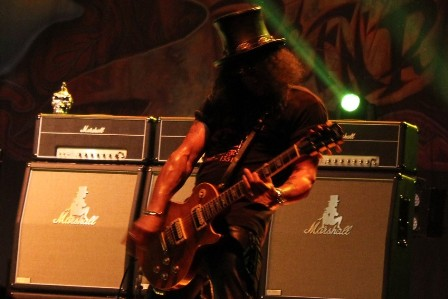 Slash and his top hat in Paris