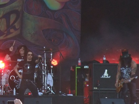 Brent Fitz, Myles Kennedy and Slash live at the Hellfest
