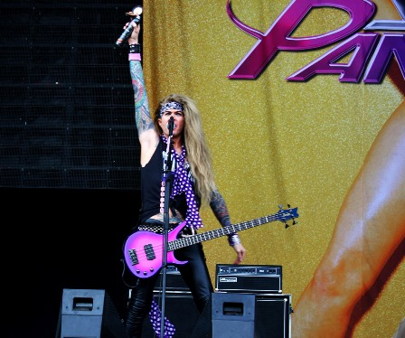 Raise your hands for Lexxi Foxx - Steel Panther live in France