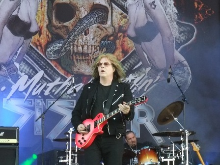 Jay Jay French and his pink Gibson guitar - Twisted Sister live at the Hellfest