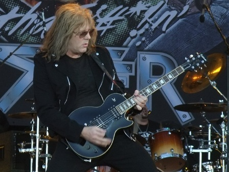 Jay Jay French and his black Gibson guitar - Twisted Sister live at the Hellfest